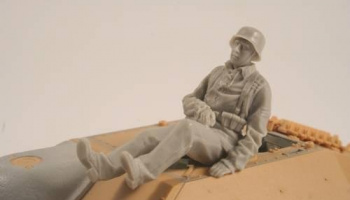 1/35 German WW II Hetzer Sitting Infantry man