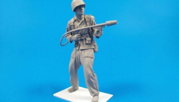 1/35 WW II US Marine soldier with flamethrower M2A